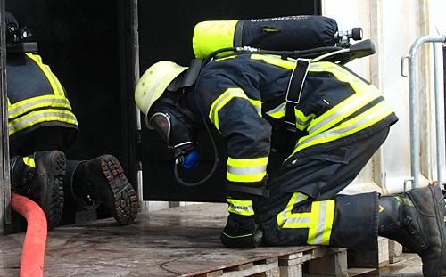 Atemschutzgeräteträger beim Vorgehen in Brandraum