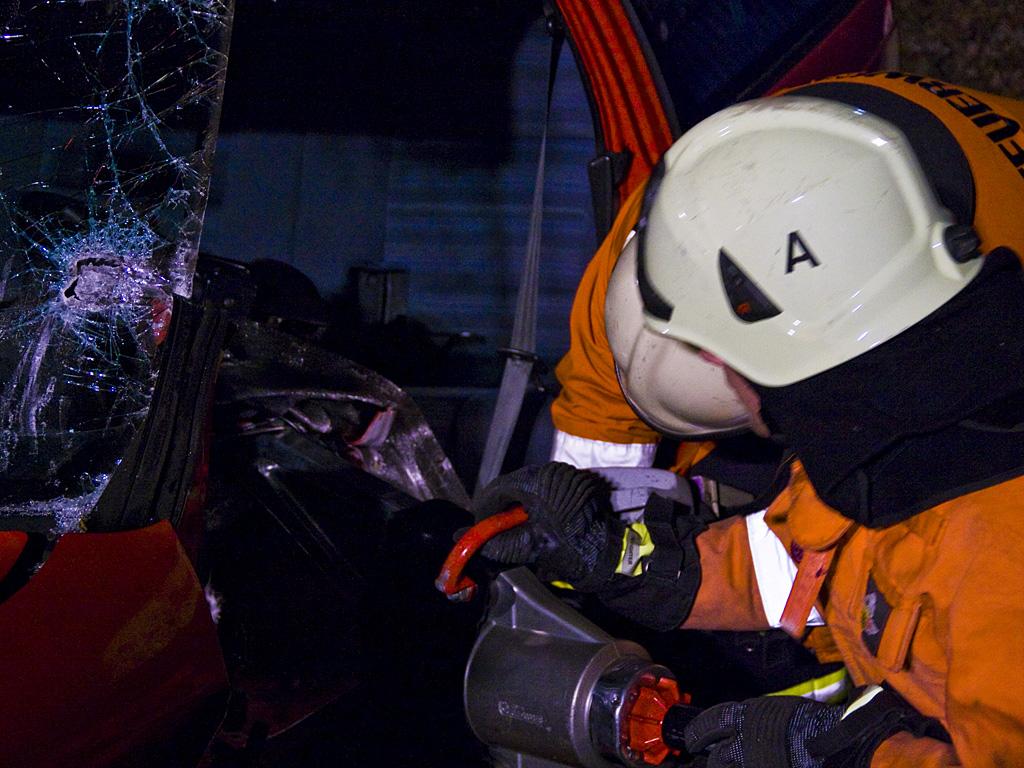 Mit Schere und Spreizer entfernte die Feuerwehr das Wageninnere.