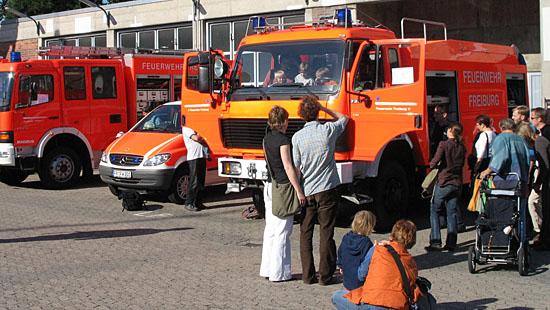 Kinder bestaunen ein Feuerwehrfahrzeug