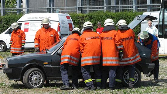 Feuerwehrleute bei der Unfallrettung