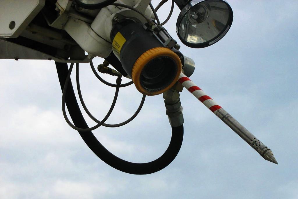 Am Löscharm verfügt der Panther über eine an der Spritze angebrachte Bohrdüse, die hydraulisch in die Passagierzelle eines Flugzeuges eingedreht und dort  in Form eines Wassernebels löschen kann (Piercing).