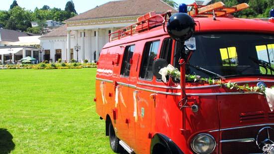 Historisches Feuerwehrfahrzeug vor dem Kurhaus in Baden-Baden.