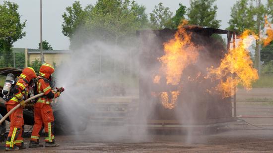 Feuerwehrleute beim Löschen eines Brandes