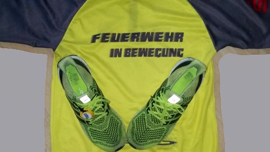 """Laufshirt """"Feuerwehr in Bewegung"""" und Running Schuhe"""