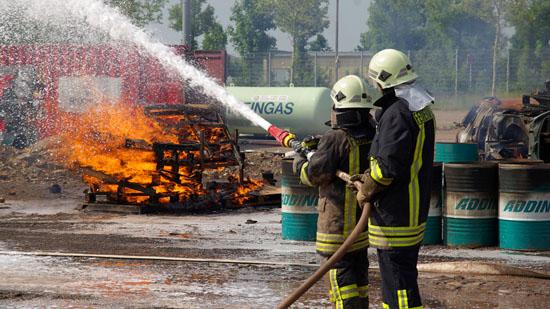 Feuerwehrleute beim Löschen