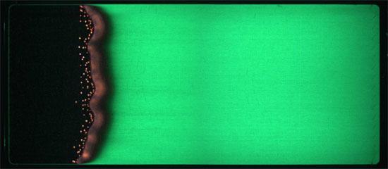 Ein zusammengesetztes Bild eines glasfaserverstärkten Baumwolltuchs brennt aus dem ersten Saffire-Experiment. Bikd: NASA